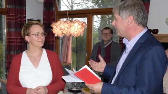 Sabrina Panning-Ternes erhält ihr Parteibuch