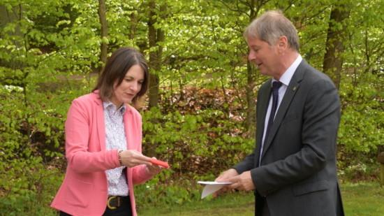 Marion Borderieux erhält ihr Parteibuch